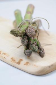 asparges.grønne på bræt