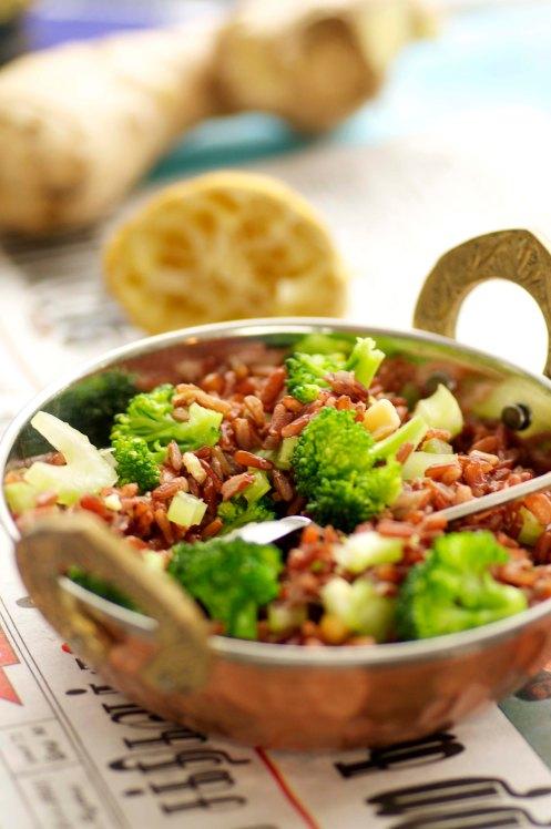 salat m røde ris og broccoli